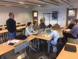 Studentgrupp som genomför en beslutsövning med hjälp av Krisövningsverktyget. Rena, april 2017